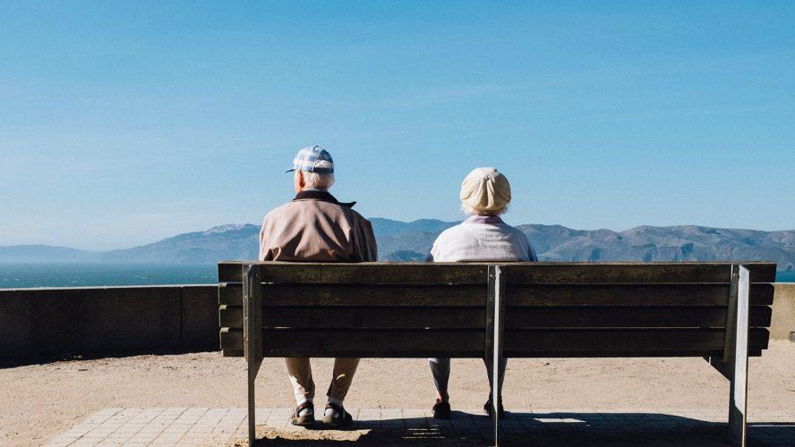 Делът на бедните пенсионери намалява, но остава висок в много области