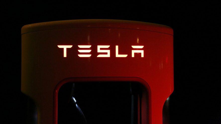 Tesla изненада анализаторите, но темпът на растеж се охлажда през третото тримесечие